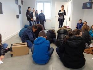 vendredi 8 janvier, 4 élèves de 5ème accueillent des élèves de CM2 dans la galerie d'exposition